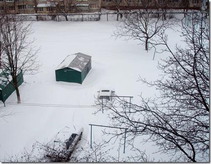 А вот как занесло снегом машины во