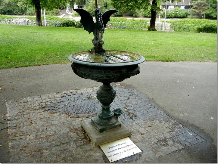Вена. Stadtpark. Фонтан подарен Вене городом Базель. Вода питьевая. Внизу, у основания — маленькая чаша для собак