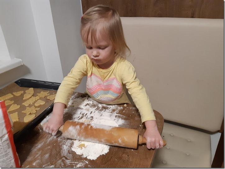 Диана раскатывает тесто